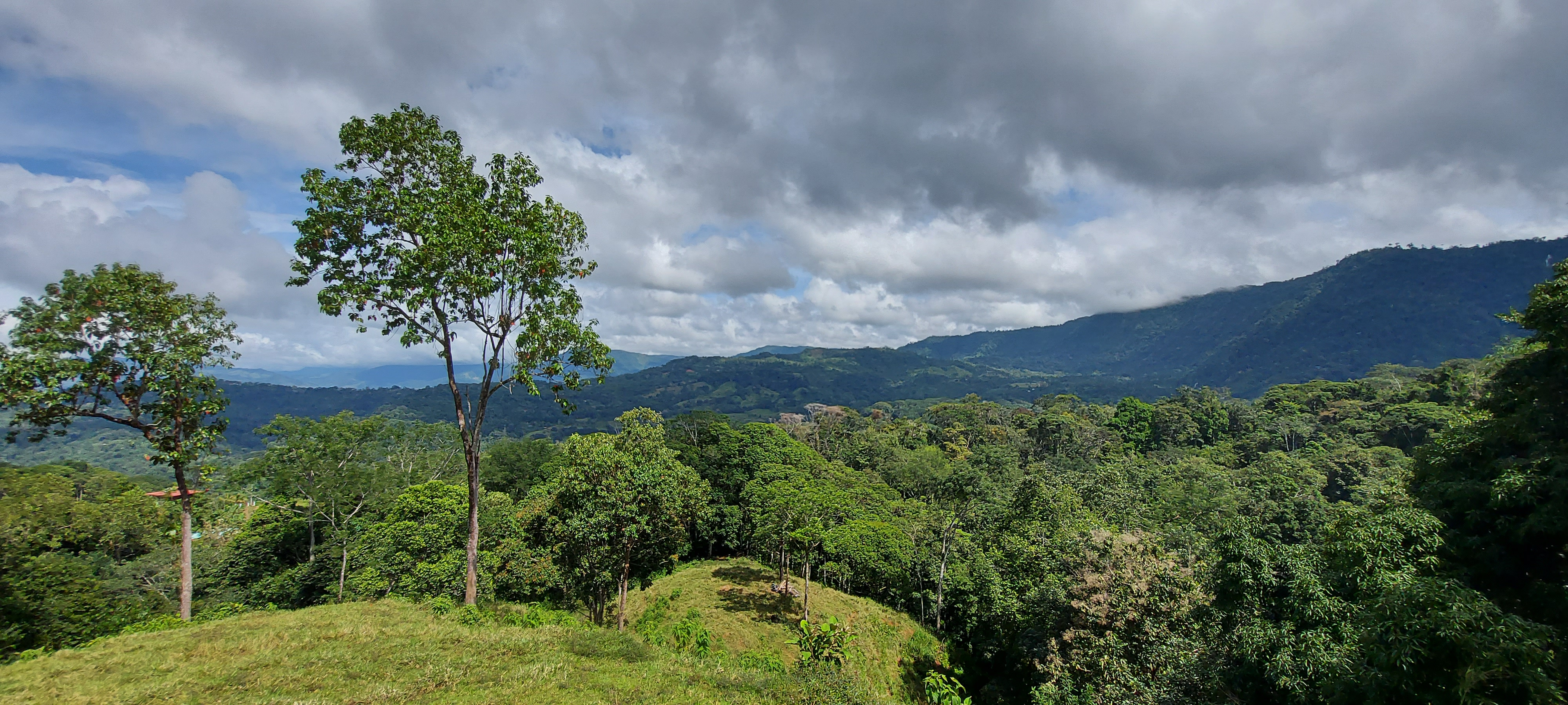 Nice property with mountain views and small river in San Salvador, Baru