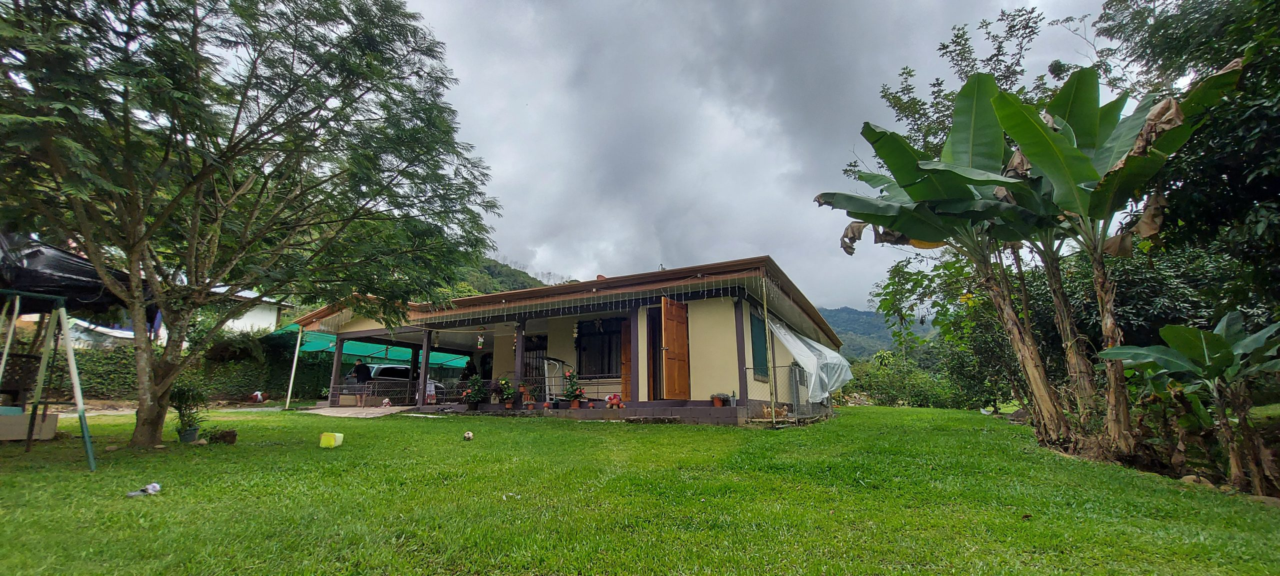 Large house with small premises and river in Rivas, Perez Zeledon