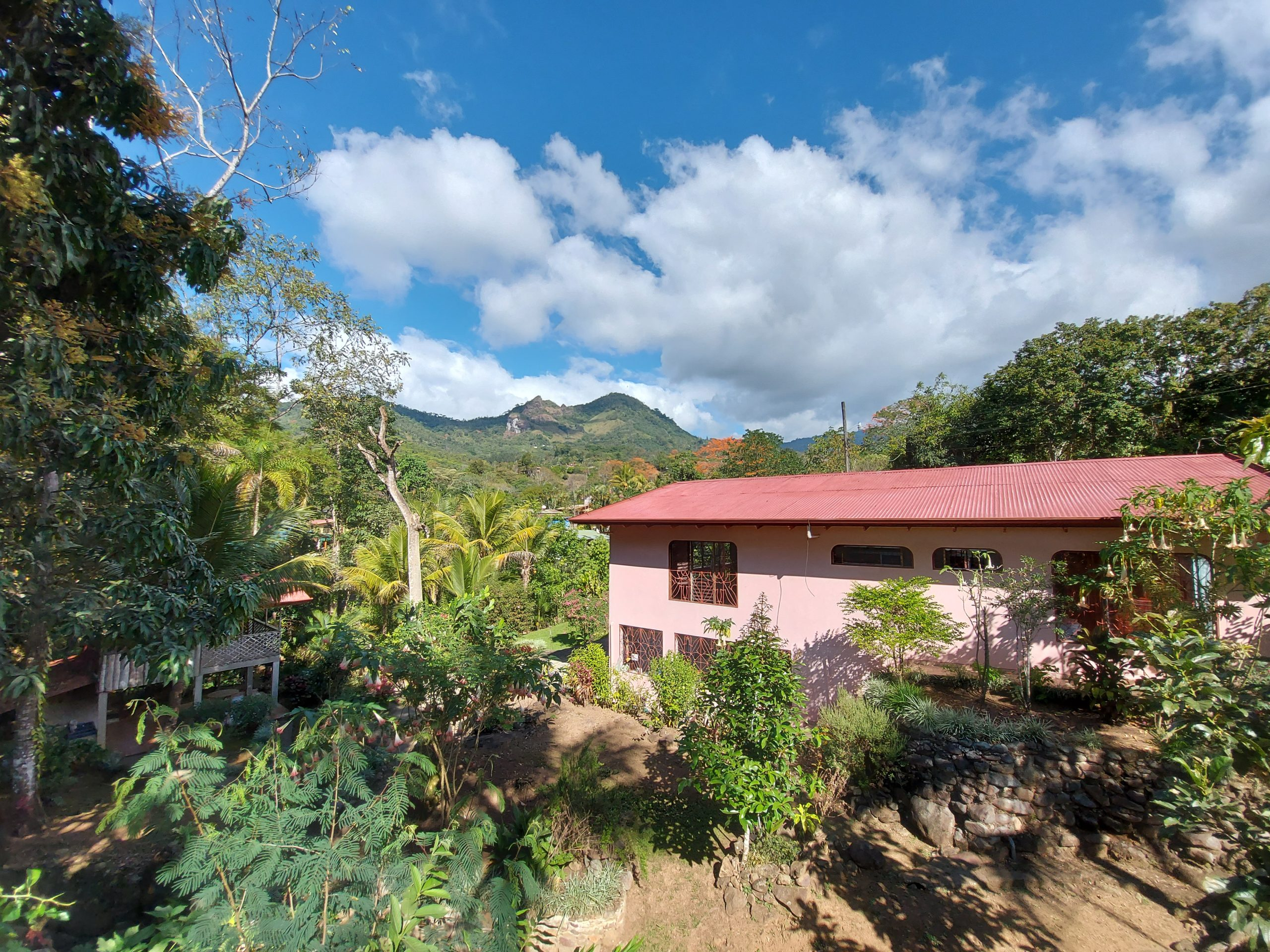 Spacious house with beautiful gardens and mountain views in Quebradas, Perez Zeledon
