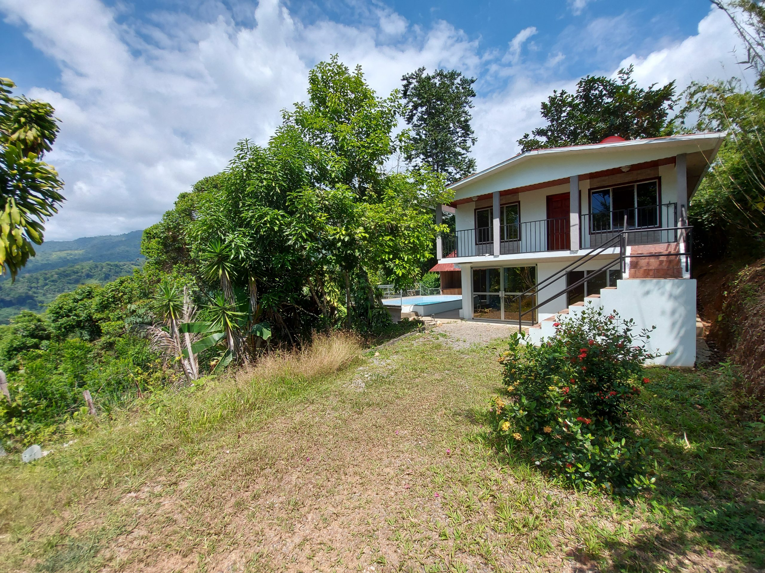 Two-story house with pool and mountain views in Caña Blanca, Baru